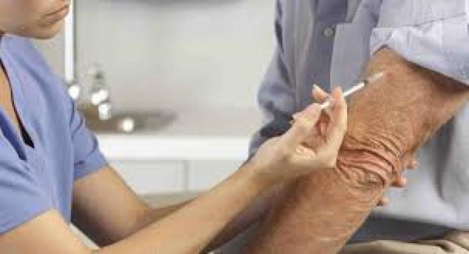 infermiere che effettua vaccino